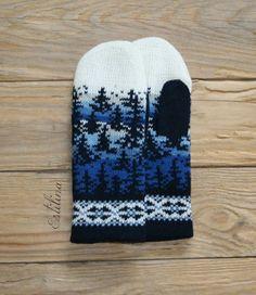 Eine Handvoll Wärme...  Die Fäustlinge mit Innenhandschuh (nicht herausnehmbar) sind aus 100% Schafswolle mit Handstrickapparat gestrickt.   Bitte beachte, dass es auf Grund verschiedener...