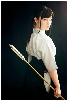 Samurai Girl in Archery (Kyudo). Human Poses Reference, Pose Reference Photo, Body Reference, Karate, Katana Girl, Archery Girl, Japanese Warrior, Actrices Sexy, Character Poses