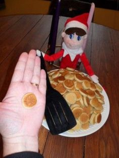 just look at those itty bitty pancakes! I'll have to remember to do this when F's elf comes back to visit this Christmas! only if my elf would make me mini pancakes. Noel Christmas, All Things Christmas, Winter Christmas, Christmas Crafts, L Elf, Do It Yourself Decoration, Awesome Elf On The Shelf Ideas, Elf Magic, Elf On The Self