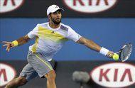 El tenista español Fernando Verdasco devuelve la bola al belga Xavier Malisse durante un partido de segunda ronda del Abierto de Australia de tenis disputado hoy en Melbourne (Australia). EFE - yahoo deportes