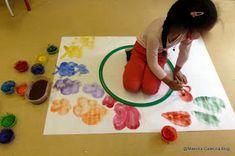 """""""Metti il gioco dentro la scatola...  raccogli il pennarello che è caduto sotto il tavolo...  metti la pittura ad asciugare sopra il t... Pre School, Preschool Activities, Montessori, Art Lessons, Plastic Cutting Board, Art For Kids, Art Projects, Kindergarten, Mandala"""