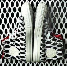 Converse and Marimekko A playful marriage of Finnish patterns and classic American sneakers Outfits With Converse, Converse All Star, Converse Shoes, Marimekko, Sock Shoes, Shoe Boots, Sneakers Fashion, Fashion Shoes, Minimal Fashion