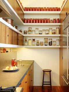 Tiny kitchen with vertical storage at amazing small kitchen design ideas and minimalist Casa Hipster, Hipster Home, Kitchen Interior, Kitchen Decor, Kitchen Ideas, Diy Kitchen, Apartment Kitchen, Vintage Kitchen, Kitchen Planning