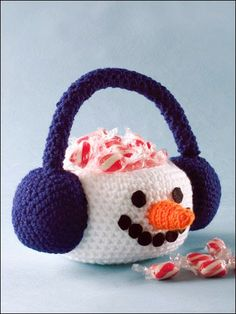 A single crochet snowman can make the holidays brighter. With all of these free crochet snowmen patterns to choose from, I'm not sure where to start. Crochet Winter, Crochet Home, Crochet Crafts, Crochet Projects, Free Crochet, Easy Crochet, Diy Crafts, Christmas Baskets, Easter Baskets