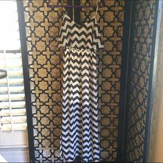 BLACK AND WHITE CHEVRON PRINT MAXI DRESS Love how many ways you can wear this! Length of dress is 60in long, has adjustable straps, bust is 40in. Dresses Maxi