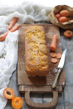 Voglio lasciarvi la ricetta di questo plumcake integrale con carote e albicocche, un dolce sano e semplice, senza burro, senza latte e senza grassi.