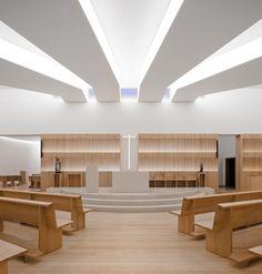 modern church Love the white Sacred Architecture, Religious Architecture, Church Architecture, Interior Architecture, Church Interior Design, Church Stage Design, Kirchen Design, Crea Design, Modern Church