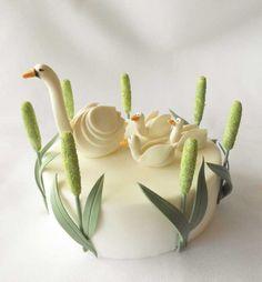 http://cake.corriere.it/2013/05/10/sweet-little-family-come-realizzare-cigni-in-pasta-di-zucchero-tutorial/