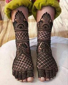 Henna designs Influencer Mehendi on the legs is as important for the bride as is to put it in her hands. We have collected 30 amazing mehndi designs of leg for your inspiration. Dulhan Mehndi Designs, Mehandi Designs, Arabic Bridal Mehndi Designs, Wedding Henna Designs, Mehndi Designs Feet, Mehndi Design Pictures, Mehndi Images, Leg Mehendi Design, Leg Mehndi
