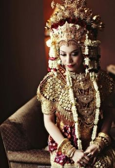 The bride of Palembang wedding , traditional ceremony. by Axioo Photography. Maid Of Honour Dresses, Maid Of Honor, Traditional Wedding, Traditional Dresses, Headdress, Headpiece, Indonesian Wedding, Marriage Dress, Girls Dresses