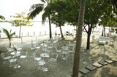 Montaje mesas tipo bar playa, mesas en acrílico, beach wedding tables, boda en la playa