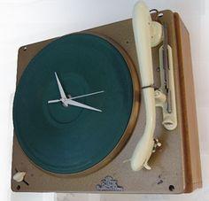Tijd en vinyl, oude glorie en nieuwe tijd. Clock, Wall, Home Decor, Crane Car, Watch, Decoration Home, Room Decor, Clocks, Walls