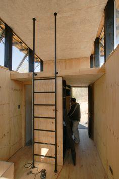 mezzanine : échelle verticale, avec une prolongement en hauteur pour une meilleure prise en main et en appui