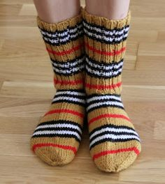Cool Socks, Awesome Socks, Burberry, Knitting Socks, Handicraft, Diy Clothes, Mittens, Knit Crochet, Slippers