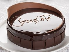 La torta morbida al cioccolato e croccante di nocciola del maestro Gianluca Aresu è un dolce perfetto per arricchire le tavole nei giorni di festa.