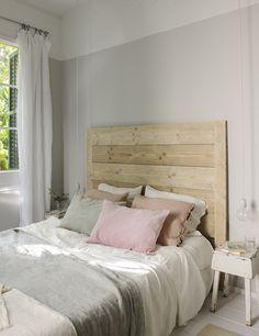 Dormitorio principal con paredes grises y blancas con detalles en tonos pastel_00451233 O