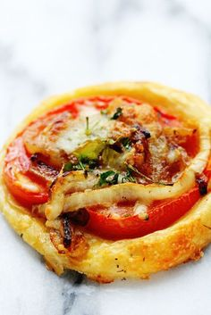 Oscar Tomato Tarts - Grandbaby Cakes - Puff pastry with caramalized onion and tomato Tomato Tart Puff Pastry, Tomato Tart Recipe, Puff Pastry Recipes Savory, Puff Pastry Tarts, Puff Pastry Appetizers, Tart Recipes, Appetizer Recipes, Cooking Recipes, Empanadas