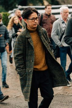 The men who attend Pitti Uomo, the biannual Florentine trade show, dress for the occasion. Here are the guys catching our eye right now. Stylish Mens Fashion, Mens Fashion Suits, Stylish Menswear, Stylish Outfits, Bon Look, Classic Men, La Mode Masculine, Men Street, Street Bikes