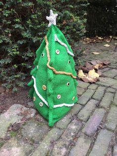 Deze kerstboom is een ontwerp voor de decembermaand voor www.chefwol.nl. De kerstboom is gebreid met Scheepjes Colour Crafter en de versieringen met Scheepjes Lizzy.