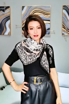Ways To Tie Scarves, Ways To Wear A Scarf, How To Wear Scarves, 60 Fashion, Fashion Over 50, Fashion Outfits, Scarf Wearing Styles, Scarf Styles, Clothing Hacks