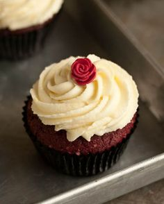 "Red Velvet has become classic in a cupcakes world. There are many recipes for Red Velvet Cupcakes and this one is called ""The Very Best"", so why don't you try No Bake Desserts, Just Desserts, Delicious Desserts, Yummy Food, Cupcakes With Cream Cheese Frosting, Yummy Cupcakes, Mini Cakes, Cupcake Cakes, Cupcake Recipes"