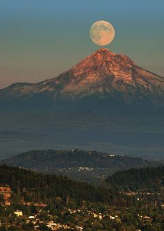 Moonrise over Mt. Hood (taken from the Pittock Mansion in Portland& west hills) - Oregon, .loved Portland would go back in a heartbeat ! Beautiful Moon, Beautiful World, Beautiful Places, Beautiful Scenery, Oh The Places You'll Go, Places To Travel, Places To Visit, Portland Oregon, Oregon Usa