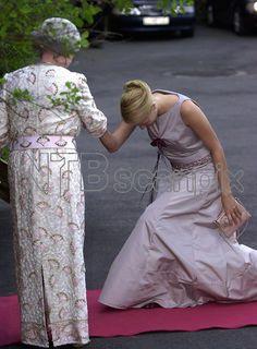 OSLO 20010531: Mette-Marit neide dypt for dronning Elizabeth når hun ankom dronningens middag i den britiske ambassadeboligen torsdag kveld. Foto: Knut Fjeldstad / SCANPIX