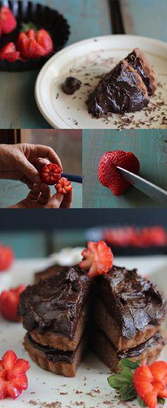 Tarta de chocolate, almendras y fresas
