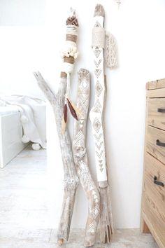 DIY bohemian ethnic interior objects with driftwood . - DIY bohemian ethnic interior objects with driftwood . Pot Mason Diy, Mason Jar Crafts, Diy Casa, Driftwood Crafts, Painted Driftwood, Driftwood Macrame, Driftwood Ideas, Painted Sticks, Diy Décoration