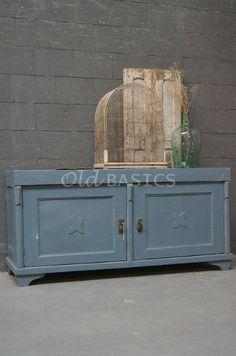 Dressoir 10092 - Stoer dressoir met een stijlvolle vormgeving, blauwgrijs van kleur. Deze oude kast heeft sierlijk afgewerkte randen en een uitgesneden bloem op de deuren. Stoere eyecatcher als tv-meubel in de woonkamer!
