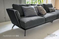 """""""Nur noch ein paar Minuten!"""" 😝Faulenzen war noch nie so stilvoll! Mehr davon findest du in unserem Profil 🛋️ #wohntrends #interiordesign #wohnen #schönerwohnen #schoenerwohnen Sofa Design, Showroom, Designer, Modern Furniture, Sofas, Love Seat, Couch, Morrison, Interiordesign"""