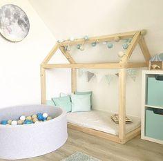 Kinderbett selber bauen Kinderzimmer Ideen Einrichtung Kuschelecke Floor Bed Hausbett DIY mintgrün mintgreen