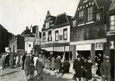 Zwolle 700 jaar stad gevierd in september 1930. Rodetorenplein met wandelaars, rechts namaak middeleeuwse huizen met bewakers, Hopmanshuis in de achtergrond.