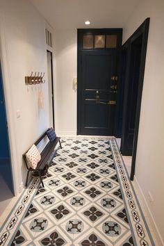 Une entrée en carreaux de ciment: Couloir, Entrée & Escaliers de style de style Moderne par Atelier[21]