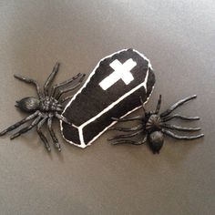 Broche coffin by Seasonfall on Etsy  #broche #brooch #broches #etsystore #etsyseller #etsyshop #coffin #coffintattoo #ataud #cercueil #halloween #spider #bordeaux #faitmain #hechoamano #handmade #felt #instafelt #instacraft #tattoo #oldschooltattoo #punk #psychobilly #rockabilly #punkabilly #giftidea #accessories #fashion