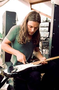 David Gilmour's black Fender Stratocaster has gained a level of fame close to that of its owner. This is its story David Gilmour Pink Floyd, David Gilmour Guitar, Dave Gilmour, Rock Chic, Glam Rock, Rock Bands, Hard Rock, Warren Haynes, Rock And Roll History