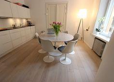 Eero Saarinen Tulip dining table & chairs. White modern kitchen.