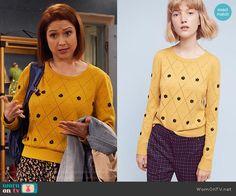 Kimmy's yellow daisy sweater on Unbreakable Kimmy Schmidt. Outfit Details: https://wornontv.net/72326/ #UnbreakableKimmySchmidt