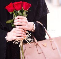 *shy girls* 🙄 on We Heart It Beautiful Muslim Women, Beautiful Hijab, Beautiful Hands, Beautiful Roses, Flower Girl Photos, Girls With Flowers, Flowers Dp, Dps For Girls, Shy Girls
