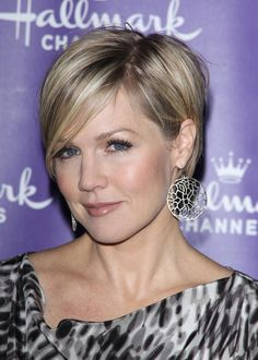 I have a total girl-crush on Jennie Garth!  Especially short-hair Jennie.