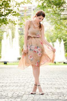 Na hora de optar por estampas, as florais e delicadas são perfeitas para os casamentos. O vestido, apesar de ter um tom de rosa superclaro, não briga com o branco da noiva, estando perfeito para a ocasião.