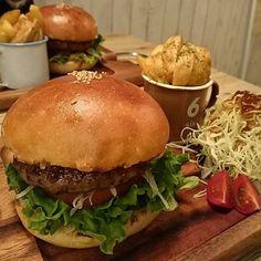 * #ハンバーガー#ハンバーグ#肉#羊#パン#ポテト#サラダ#トマト#おいしい#グルメ#アメリカン#札幌#ブラックシープ #hamburger#hamburg#meat#sheep#beef#mix#potato#salad#tomato#bread#American#junky#food#yummy#Sapporo#blacksheep#Instafood 羊のお肉をうりにしているハンバーガーショップへ! 100%羊肉のハンバーガーは売り切れのため、ミックスにしました それでもだいぶ、ラムっぽかった! セットメニューでから揚げがあったけど、完売のためサラダのセットに から揚げも食べてみたかった ポテトはたくさんカップにつまっていて、そしておいしかった 店内は新しい感じもしてキレイでオシャレでした☺ 長居もできました(^^)/\(^^)