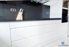 Esta #cocina cuenta con capacidad de almacenaje en toda la parte inferior de la encimera. #reformas #interiorismo #Barcelona