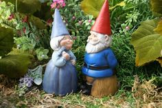 Concrete Art Garden Gnome Couple Gnomeo & Juliet di PhenomeGNOME http://www.etsy.com/it/listing/66166855/concrete-art-garden-gnome-couple-gnomeo?ref=market