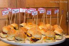 Mini hamburguinho. Casamento Fernanda e Felipe - Captains Buffet Buzios.#casarnapraia #buzios #wedding #casamento #buffet