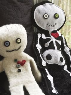 DIY - Felted mummy & skeleton ♥ Dolls (Source : DIY - Easy tutorial for making a shaped super hero mask from craft foam (Source : http://www.womansday.com/home/craft-ideas/halloween-crafts-felted-mummy-doll-21987)