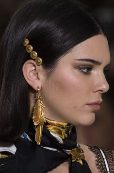 Versace at Milan Fashion Week Spring 2018 – Milan's Best Runway Bling for Spring 2018 – Photos The Best Looks from Resort 2016 Versace Fashion, Milan Fashion, Versace Versace, Versace Jewelry, Jewellery, Dani Alves, Makeup Looks For Brown Eyes, Barrettes, Grunge Hair