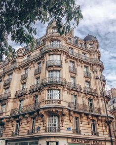 Love the adorable buildings of #Paris, #France. The #architecture is so beautiful! #Europe