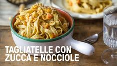 Tagliatelle con crema di hummus alle erbe, zucca e carote - Vegolosi.it Spaghetti, Hummus, Macaroni And Cheese, Lunch, Salvia, Dinner, Ethnic Recipes, Food, Vegetarian