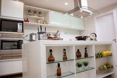 Composição branca com prateleira para cozinha projeto de Larissa Vinagre